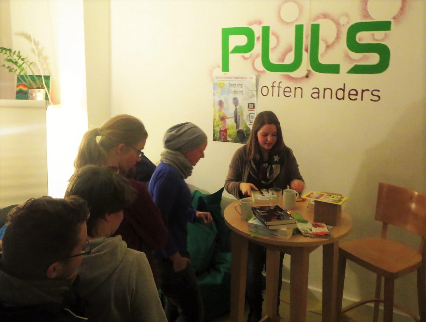 Lina Kaiser bei der Lesung von Tanz ins Flutlicht im PULS Düsseldorf