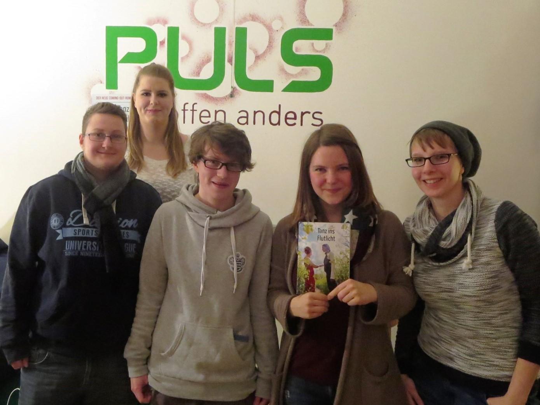 Lina Kaiser mit dem Bücherteam vom PULS Düsseldorf